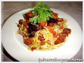 กุยช่ายขาวผัดหมูกรอบใส่เห็ดหอม (Stir fried white Chinese chive and crispy skin pork and fresh shitake mushroom)